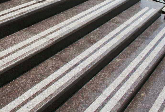 Cтупени для лестницы из камня с полосами противоскольжения
